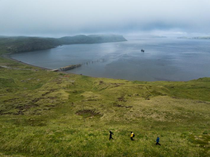 Alaska'nın Aleutian zincirindeki Kiska Adası'nın doğu kıyısından Kiska Limanı'na bir bakış.  Ada ağaçsızdır ve arazisinin çoğu, yürüyerek dolaşmayı çok zorlaştıran çürüyen bitki örtüsünden oluşan bataklık bir mattır.  Gökyüzü neredeyse her zaman bulutludur ve adanın havası herkesin bildiği gibi tatsız ve tahmin edilemezdir.  (Nezaket Projesi Kurtarma)