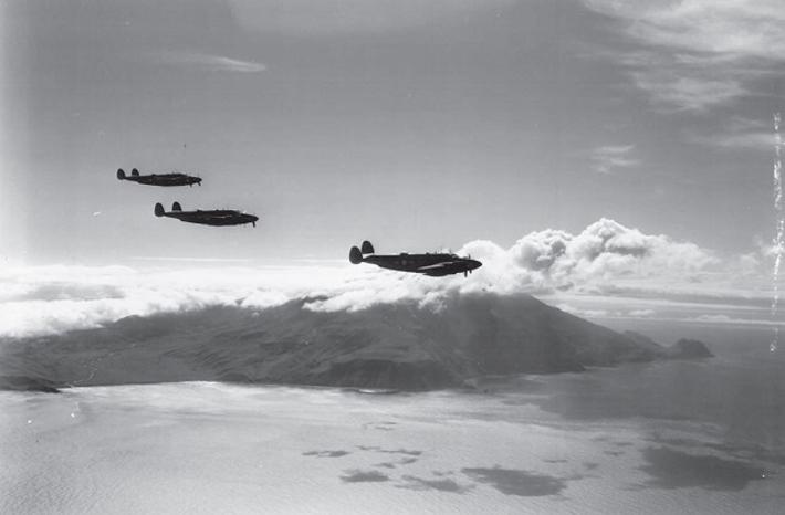 15 Ağustos 1943'te ABD-Kanada'nın Kiska Adası'nı işgali sırasında bulutlar tarafından gizlenen Kiska Yanardağı'nın önünde üç ABD uçağı uçuyor. Japonların birkaç hafta önce ABD kuvvetleri tarafından fark edilmeden burayı boşalttığı ortaya çıktı.  (NARA'nın izniyle)