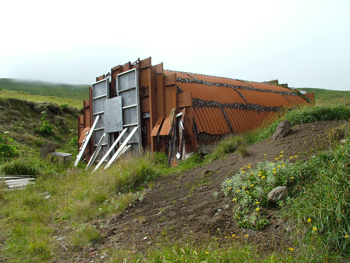 ABD kuvvetleri tarafından 1943'te Kiska Adası'nı geri aldıktan sonra inşa edilen bir elektrik santrali, adada ABD işgalinden kalan tek yapıdır.  (Dirk HR Spennemann)