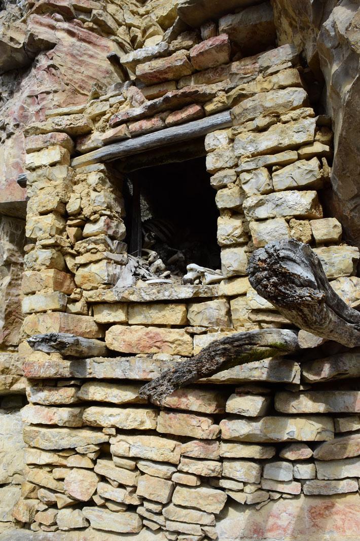 Diablo Wasi'deki Mezar 6, uçurumun yüzeyine doğal bir mağarayı çevreleyerek Chachapoya tarafından yapılmıştır.