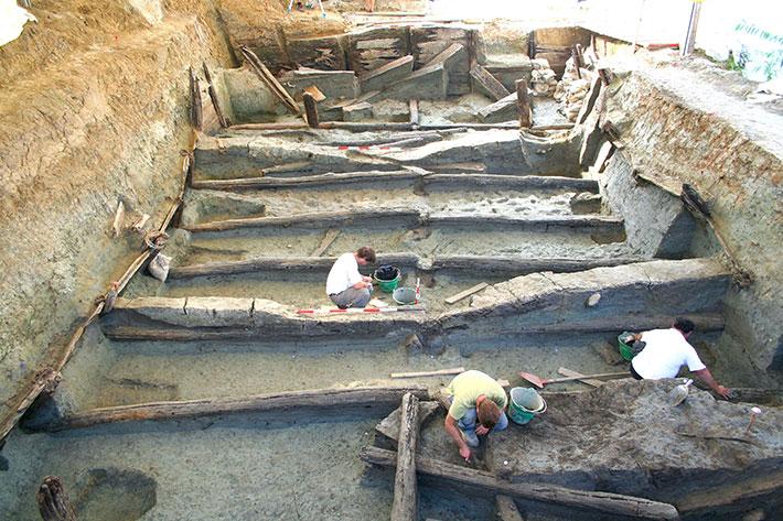 Arkeologlar, bölgede daha eski, biraz daha büyük bir tankın inşa edildiğini, ancak tamamlanmadan önce çöktüğünü keşfettiler.  Araştırmacılar, ağaç halkası radyokarbon kıpırdatma eşleştirmesi adı verilen bir tarihleme yöntemine dayanarak, önceki tankın, bin yıl boyunca devam eden sonraki tanktan yaklaşık 12 yıl önce inşa edildiğini belirlediler.