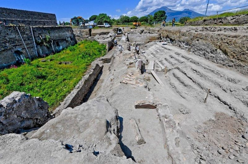 two story balcony Two Story Homes With Balconies Unearthed In Pompeii