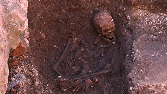 After just a few days of excavation, the archaeologists uncovered a skeleton with multiple battle wounds and a curved spine. (Courtesy University of Leicester)